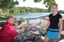 Servírka Barbora Horská byla jednou ztěch, která ženu obsluhovala. Na snímku u stolu, kde podvodnice seděla.