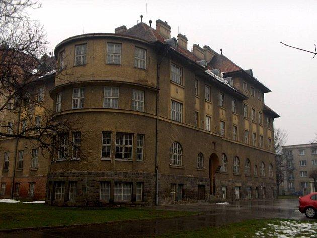 Budova bývalé porodnice by měla sloužit k ubytování seniorů.