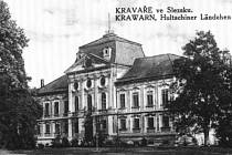 Kravařský zámek vraně barokní podobě vznikl v polovině 17. století na místě tvrze zroku 1553. Radikálně byl přestavěný v letech 1721–1728 a roku 1937 vyhořel. Citelně byl poškozený také při bombardování na konci války.