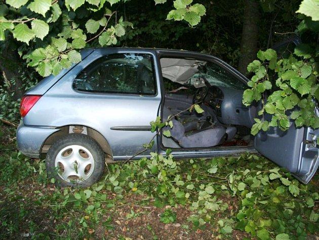 Takto dopadl Ford Fiesta po nehodě, při níž v neděli ráno zemřel jeho řidič a spolujezdec utrpěl těžká zranění.