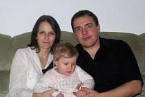 Malá Emmička Plačková v obklopení svých rodičů maminky Andrey a tatínka Martina.
