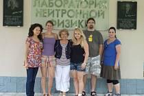 Studentky Ústavu fyziky Michaela Ulbrichtová (zcela vlevo) a Veronika Kochanová (třetí zprava) strávily ve Spojeném ústavu jaderných výzkumů v ruské Dubně tři týdny.