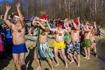 Během dopoledne na Štědrý den v rámci akce s názvem Rampouch do vod Stříbrného jezera v Opavě vstoupilo několik desítek otužilců.