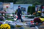Svíčky, věnce a hlavně obrovské zástupy lidí. Nejen Opavsko si o víkendu připomínalo Památku zesnulých a hřbitovy byly mnohdy přeplněné k prasknutí. (Opava-Jaktař)