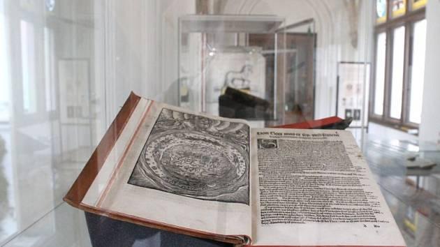 Unikátní výstava Topografické poklady ze sbírek Lichnovských odhalí čtyřicet skvostů knihovny Bílého zámku v Hradci nad Moravicí. Od úterý je přístupná návštěvníkům.