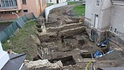 Archeologové odkryli parkánovou zeď (vlevo v popředí) a také hlavní hradební zeď (příléhající k Müllerovu domu).