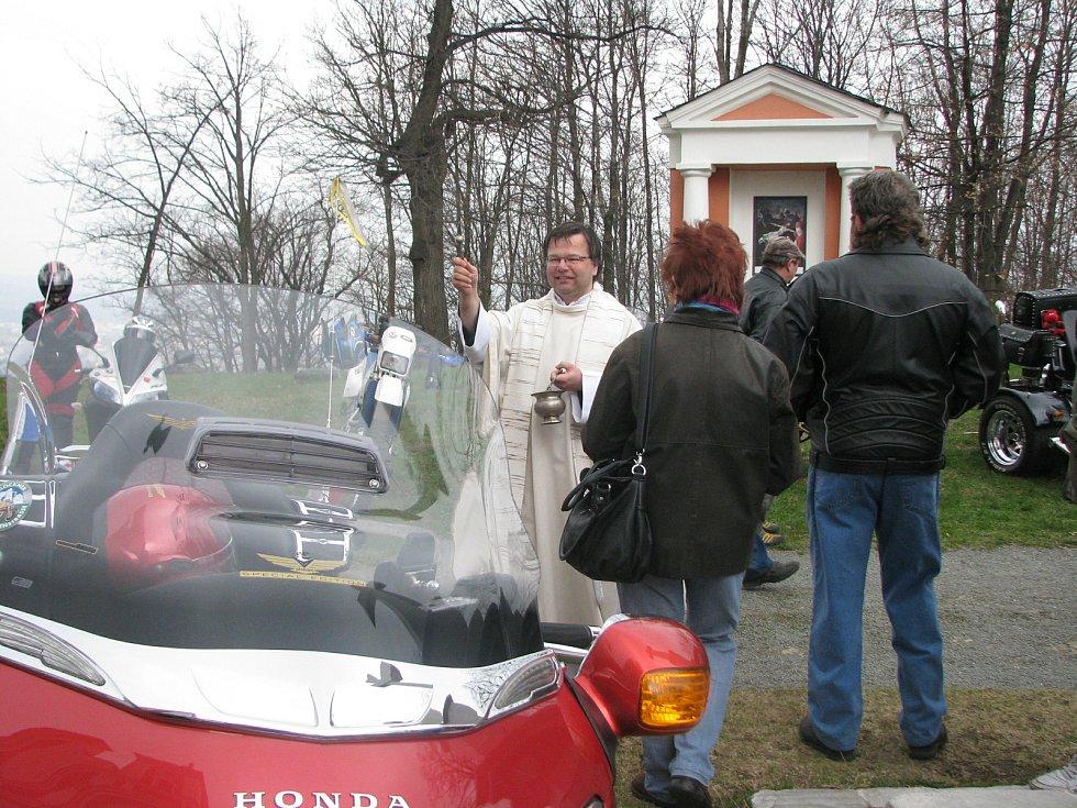 Krnovští motorkáři tradičně zahajují sezonu setkáním před poutním chrámem na Cvilíně. Vzpomínají na zesnulé kamarády a přijmou boží požehnání.