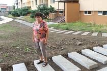 Alena Bubáková není na vozíčku, nemá berle ani kočárek. Přesto i pro ni je obtížné po kvádrech přejít. Proto se rozhodla na problém upozornit.