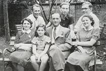 Poslední fotografie potomků Altschulových před odsunem do Terezína. Zleva ve spodní řadě sedí Greta, její manžel Viktor, dcera Soňa a jediná později přeživší koncentrák Ruth. Nad nimi stojí jejich dávní přátelé.