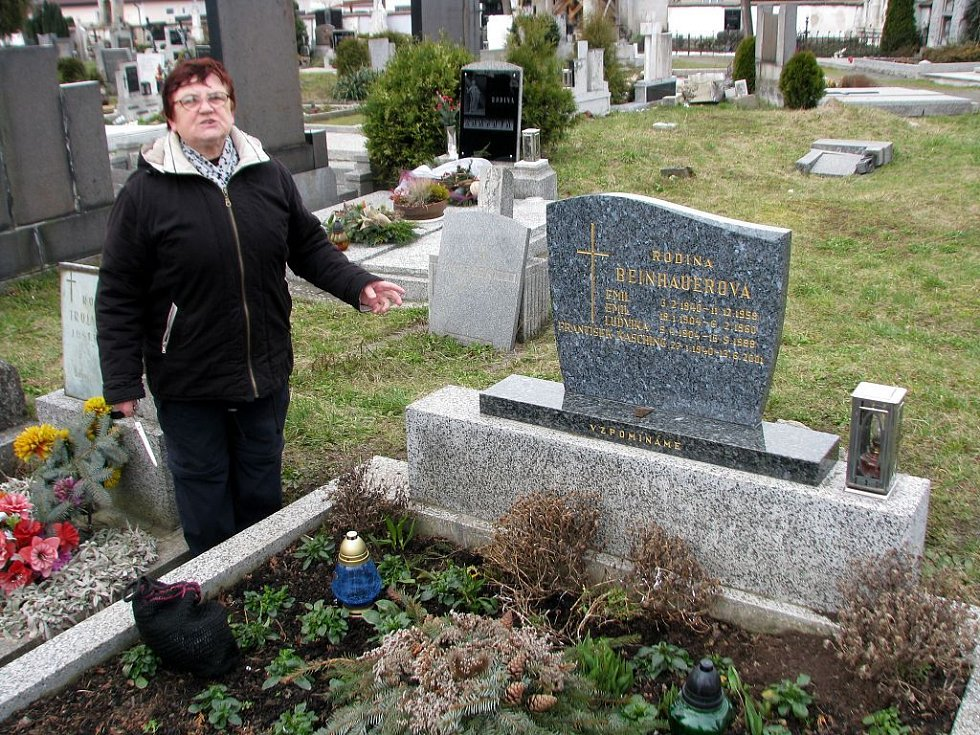 Také Anna Kaschingová z Opavy – Kateřinek musela nechat opravit hrob svých rodičů a manžela. Stálo ji to tři tisíce. To, co se stalo, nechápe.