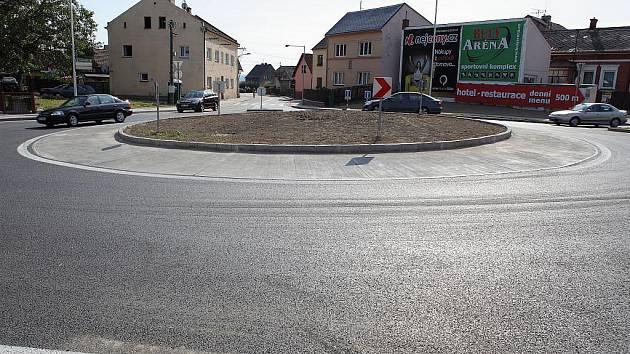 Zbrusu nový kruhový objezd v Kravařích umožní lepší cestu mezi Opavou a Hlučínem a Ostravou.