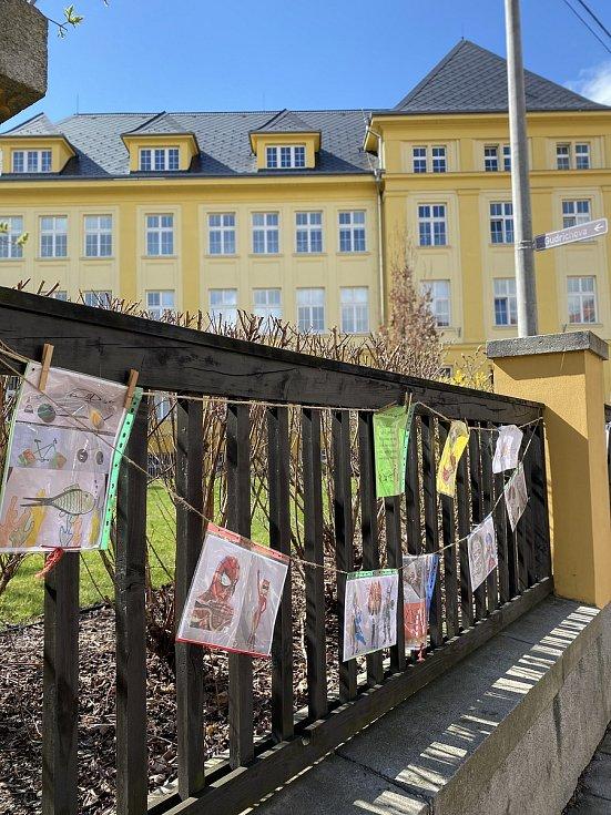 Výstava dětí na plotě ZŠ Boženy Němcové.
