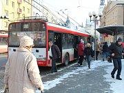 Cestování městskou hromadnou dopravou je pro seniory nad sedmdesát let zdarma.