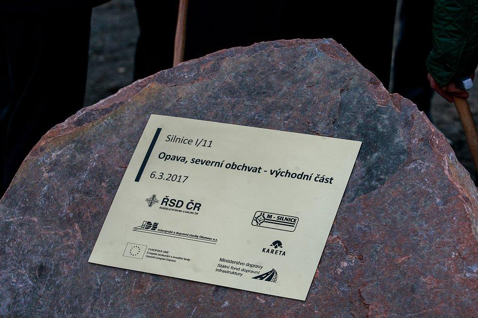 Poklepem na základní kámen byla v pondělí slavnostně zahájena stavba východní části severního obchvatu vdélce 1,7 kilometru. Přijde na celkem 493,4 miliónů korun a trvat bude necelé tři roky.