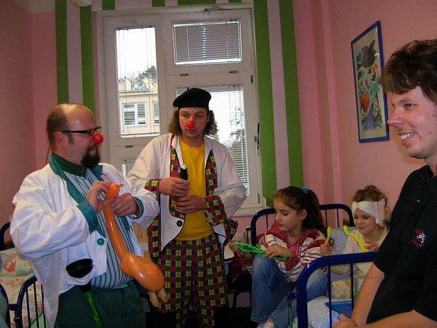 Vykouzlit úsměv na dětské tváři. To byl hlavní úkol dvou zdravotních klaunů, kteří včera zahájili pravidelné návštěvy na dětském oddělení Slezské nemocnice v Opavě.
