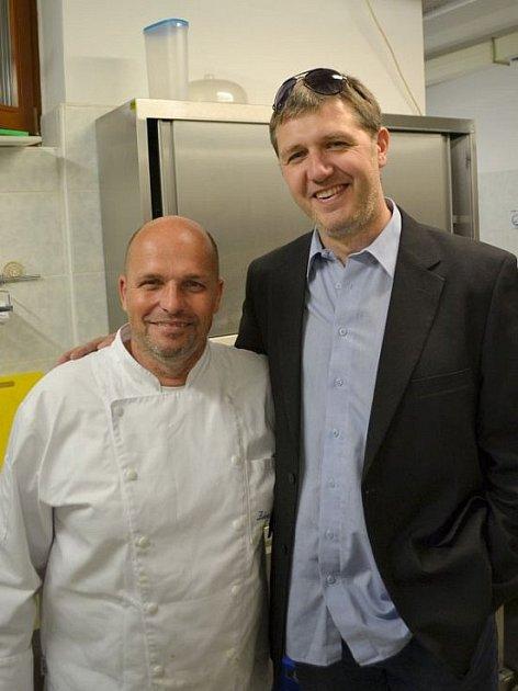 Mezi známými kuchaři, se kterými se poznal, je iproslulý Zdeněk Pohlreich.
