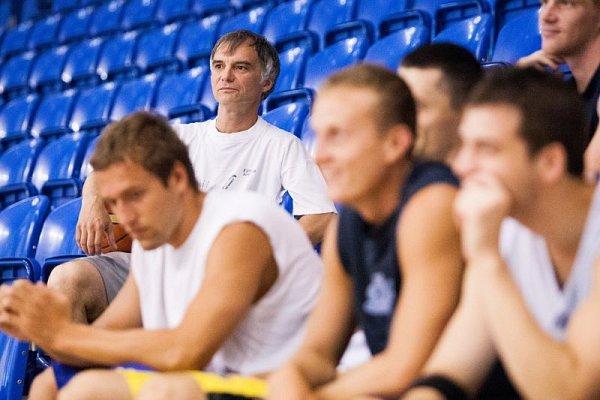 Opříchodu Ivana Trojana (vpozadí) do Opavy se spekulovalo už od léta, kdy sopavskými basketbalisty absolvoval týden přípravy. Dalo se očekávat, že mu trenér Petr Czudek šanci skutečně dá.