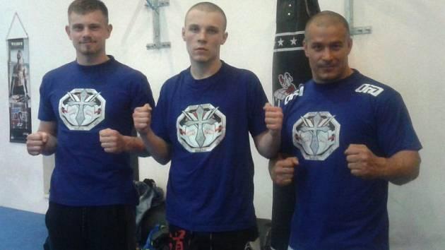 Zápasníci opavského oddílu MMA. Zleva Matěj Sidunov, Libor Rovnaník a jejich trenér Petr Čajňák.