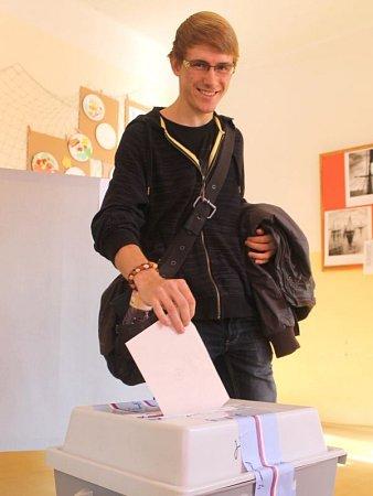Před Základní školou Riegrova vOpavě byl osmnáctiletý Ondřej Fréhar celkově jako druhý. Byly to pro něj vůbec první volby vživotě. Po chvilce hledání našel správnou místnost a vhodil obálku do urny. Zjeho hlasu se mohla těšit Babišova strana ANO.