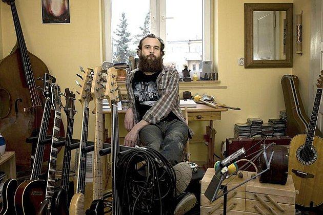 Charismatický muzikant Jaryn Janek v obležení hudebních nástrojů.