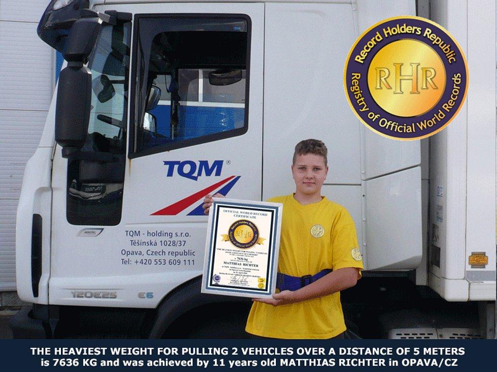 Matthias s certifikátem o překonání světového rekordu.