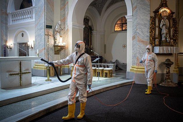 Dobrovolní hasiči provádějí pravidelnou dezinfekci kostela sv. Stanislava, 19.února 2021vBolaticích.