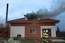 Při požáru rodinného domu v Kylešovicích ve čtvrtek odpoledne zemřel jeden člověk.