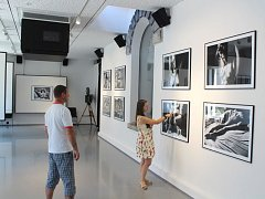 Ještě do úterka 18. července je k vidění opavském KUPÉ výstava fotografií herce Hynka Čermáka inspirovaná poezií Miloše Horanského.