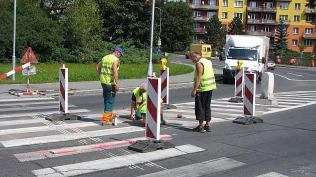 Chodci se setkávají na sklonku srpna na bruntálských silnicích s omezeními kvůli nutné renovaci přechodů pro chodce.