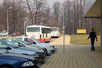 Nedostatečné místo pro odstavení autobusu u Víceúčelové haly v Opavě. Na to si stěžuje anonym z řad řidičů MHD.