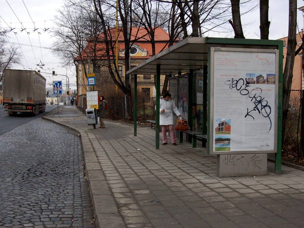 Zastávka MHD na Praskově ulici v Opavě.