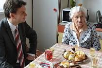 I když má Edeltrauda Čechová v občanském průkazu u kolonky datum narození 3. květen 1915, narodila se na Prvního máje. Za sebou má tedy oslavu sto prvních narozenin, ke kterým jí přišel popřát i opavský primátor Radim Křupala.