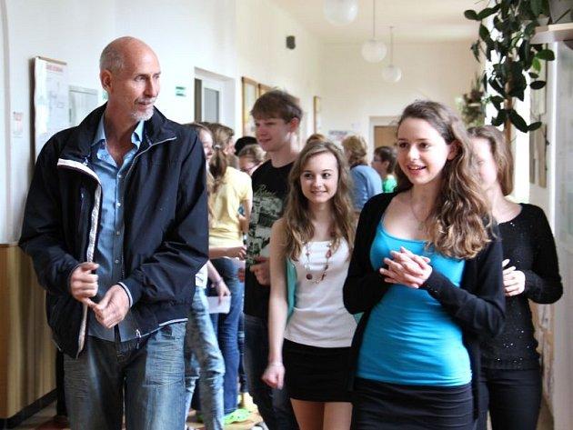 Kníže Eduardo Graf Lichnowsky mezi dětmi hradecké základní školy.