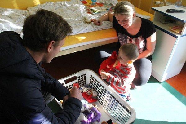 Hráči Slezského FC vpondělí dopoledne navštívili dětské oddělení Slezské nemocnice, aby malým pacientům předali plyšáky, puzzle, pastelky, sladkosti a spoustu dalších věcí, které se povedlo nashromáždit při společné sbírce fanoušků a hráčů.