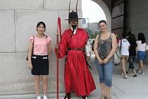 S místní průvodkyní ve společnosti člena palácové stráže.