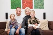 Petr Czudek u rodinného krbu. Společně s manželkou Radkou, dcerou Emou a synem Pavlem.