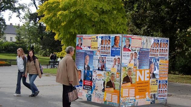 Mezi nejrozšířenější způsoby oslovení voličů patří billboardy a volební plakáty. Jeden takový se nachází v sadech Svobody.