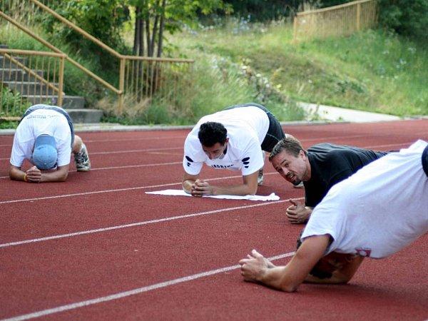 Kondiční trenér Petr Slavík se stará ofyzickou část přípravy.