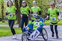 Městské sady v sobotu hostily druhý ročník asistovaného běžeckého závodu JOY RUN.