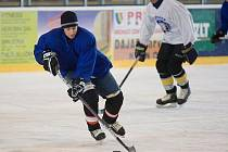 Krnovská Krystal aréna byla ve čtvrtek dějištěm velké hokejové bitvy. Ve čtvrtečním dopoledni vyjeli na její led opavští fotbalisté.