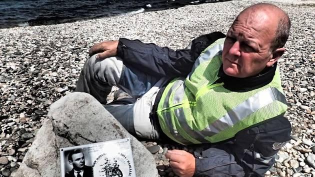 Helmut Šafarčik na pláži jezera Bajkal s pamětní deskou věnovanou otci Hubertovi. Je na ní nápis: Tento nádherný pohled na jezero Bajkal věnuji Tobě, táto. Chtěl jsem ti splnit sen.