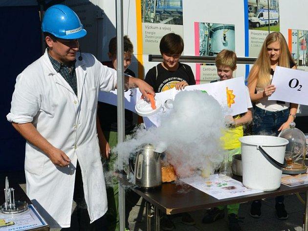 Smokeman názorně předával vědomosti z oblasti chemie.