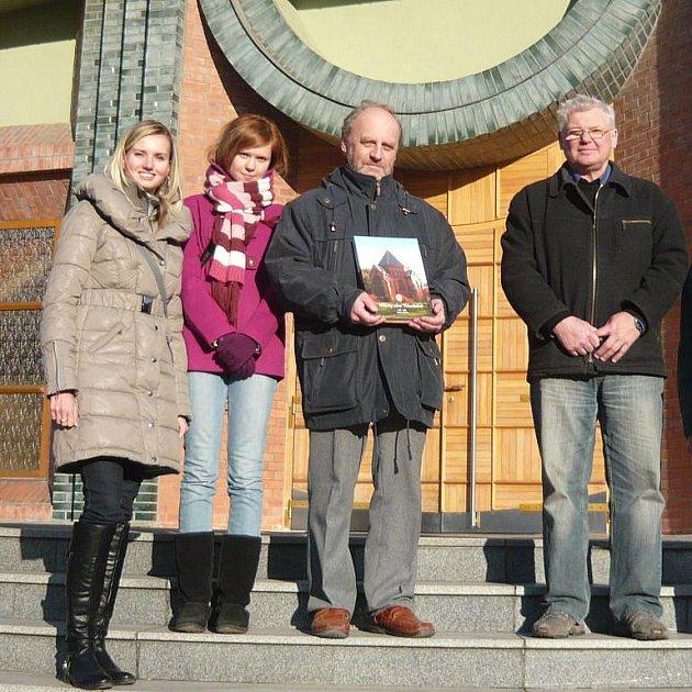 Setkání badatelů v Chuchelné. Na fotce zleva: Petra Neubertová, Monika Jedličková, doktor Zbyněk Holub a starosta obce Josef Kubný.
