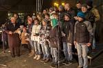 S úderem 18. hodiny nebylo na Horním náměstí v Opavě k hnutí. Stovky lidí se  tu sešly za jediným účelem. Aby si spolu s Deníkem, s fotbalisty Slezského FC a se sborem Karla Kostery zazpívaly už čtvrtým rokem koledy.