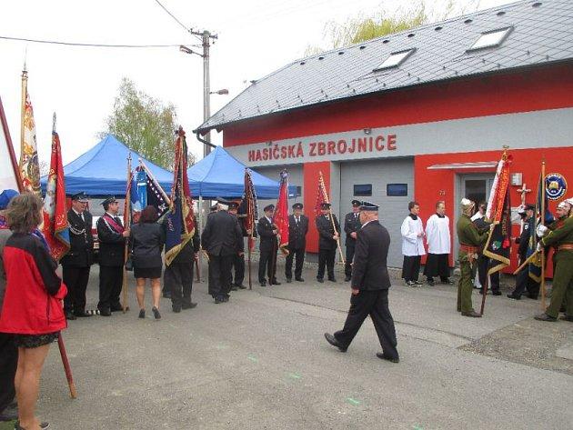 Slavnostního otevření byli přítomni i zástupci 12 SDH a dalších spolků se svými prapory.