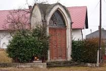 Odkaz starých dob naleznete také v Raduni. Konkrétně přímo na stěžejní křižovatce obce. Její dominantou je totiž novogotická kaple. Bohužel také tento objekt chátrá a potřeboval by rekonstrukci, aby se opět stal cennou součástí výzdoby Raduně.
