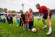 Pondělní dopoledne se na hlavním hřišti neslo ve sportovně zábavném duchu, konal se zde totiž Měsíc náborů FAČR ve spolupráci se Slezským FC Opava.