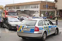 Pondělní dopravní nehoda tří motorových vozidel - policejní Škoda Octavia, Renault Laguna a V3S na křižovatce ulic Prasková – Nákladní – Ratibořská – Zámecký okruh v Opavě.