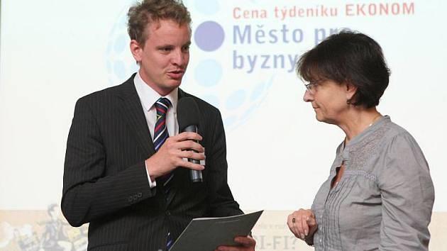 Dalibor Halátek přebírá ocenění za třetí místo v soutěži Město pro byznys 2011.