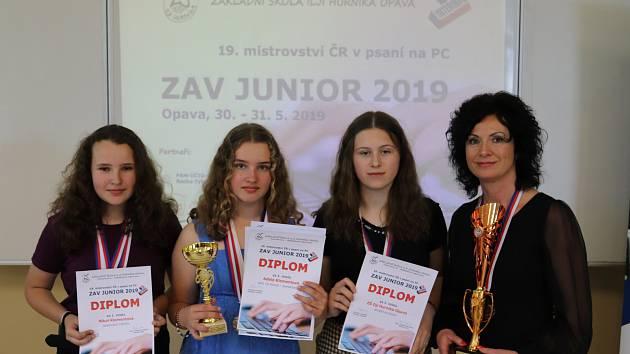 Na snímku (zprava) Karin Solná a její tři svěřenkyně svelmi rychlými prsty.